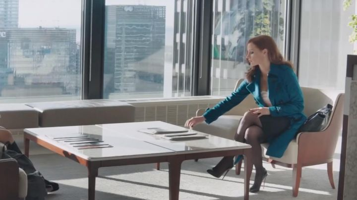 The trench coat Burberry blue Molly Bloom (Jessica Chastain) in Molly's Game