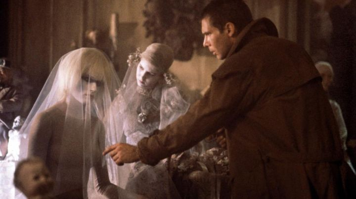 The trench coat Rick Deckard (Harrison Ford) in Blade Runner