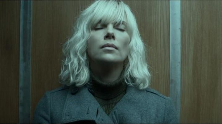 The trench coat anthracite Lorraine Broughton (Charlize Theron) in Atomic blonde