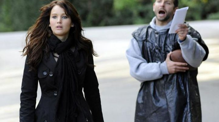 The trench coat bebe Tiffany Maxwell (Jennifer Lawrence in Happiness Therapy