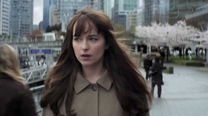 The trench coat beige Anastasia Steele (Dakota Johnson) in Fifty Shades Darker - Movie Outfits and Products