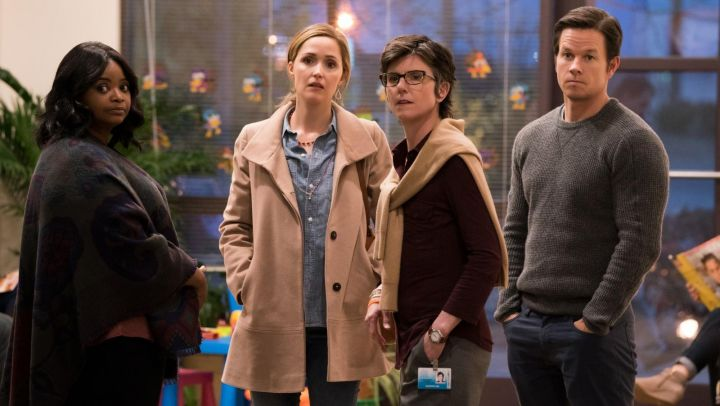The trench coat beige Ellie (Rose Byrne) in Apprentices parents Movie