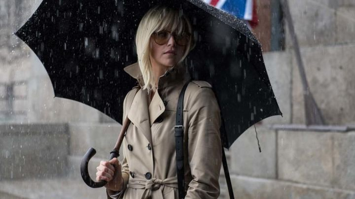The trench coat beige sand of Lorraine Broughton (Charlize Theron) in Atomic Blonde