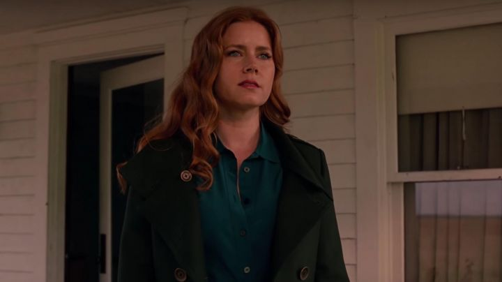 The trench coat green Burberry of Lois Lane (Amy Adams) in the Justice League