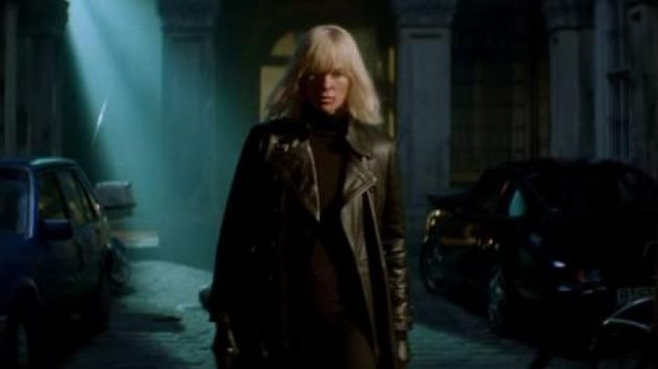 The trench coat in black leather Lorraine Broughton (Charlize Theron) in Atomic blonde