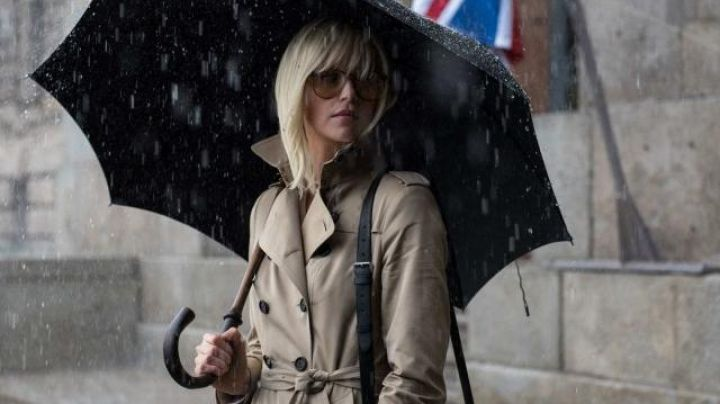 Fashion Trends 2021: The trench coat, model lining ouatinée, Lorraine Broughton (Charlize Theron) in Atomic Blonde