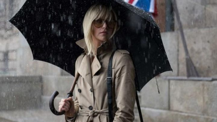 Fashion Trends 2021: The trench coat, model, long, Lorraine Broughton (Charlize Theron) in Atomic Blonde