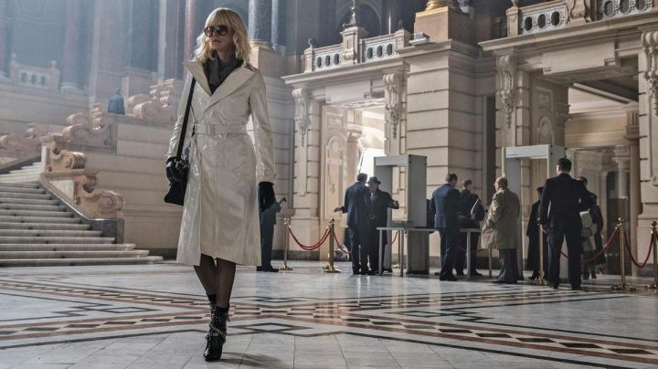 The trench coat white leather Lorraine Broughton (Charlize Theron) in Atomic Blonde