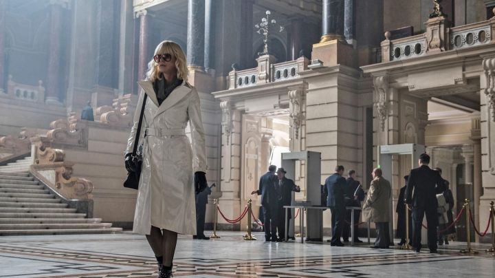 Fashion Trends 2021: The trench white Lorraine Broughton (Charlize Theron) in Atomic Blonde