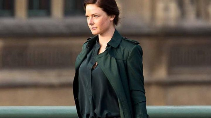 The trenchcoat green Ilsa Faust (Rebecca Ferguson) in Mission Impossible 5 movie