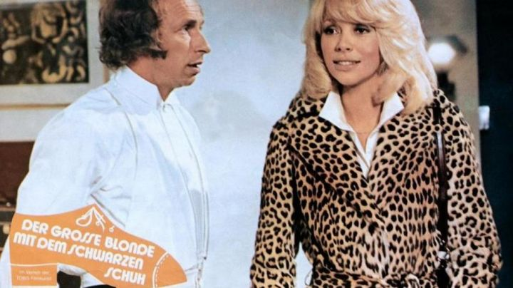 Fashion Trends 2021: The trenchcoat leopard Christine (Mireille Darc) in The tall blond with one black shoe