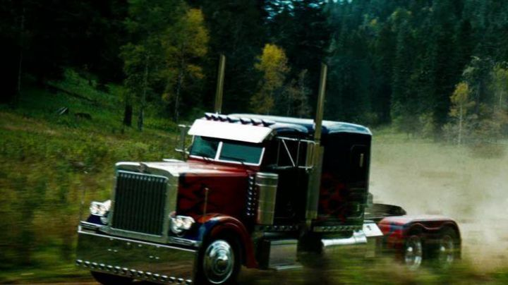 Fashion Trends 2021: The truck is Peterbilt 379 (Optimus Prime) in Transformers 2 - The revenge