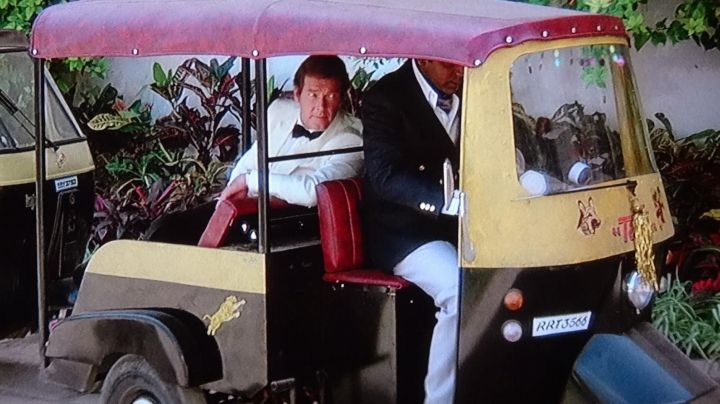 The tuk tuk Bajaj RE of Roger Moore in Octopussy - Movie Outfits and Products