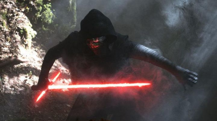 """Fashion Trends 2021: The tunic of Kylo Ren (Adam Driver) in """" Star Wars VII : The rével of the Force"""