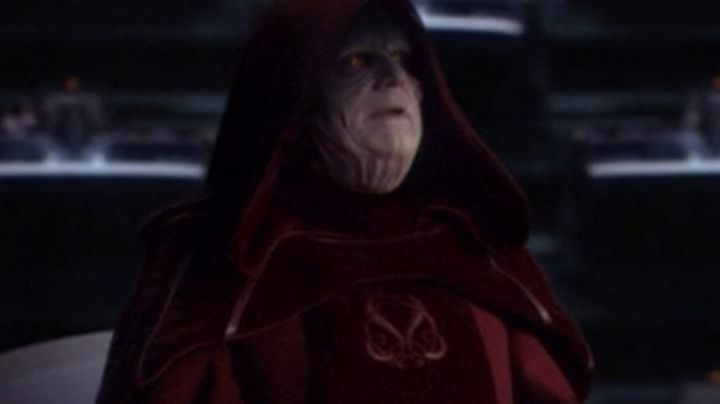 The tunic, velvet red of Palpatine (Ian McDiarmid) in Star Wars III : revenge of The Sith - Movie Outfits and Products