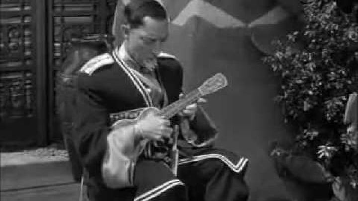 The ukulele Buster Keaton in the film Pest from the west - Movie Outfits and Products