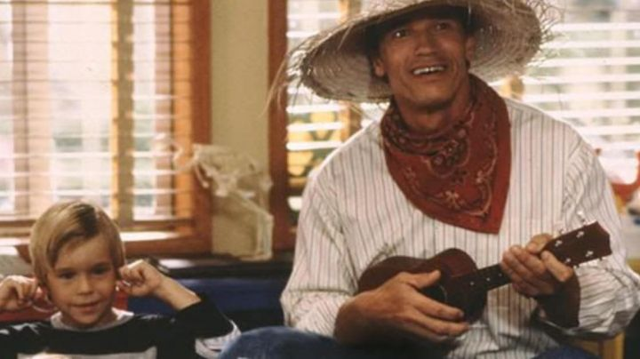 The ukulele Detective John Kimble (Arnold Schwarzenegger) in A cop in kindergarten - Movie Outfits and Products