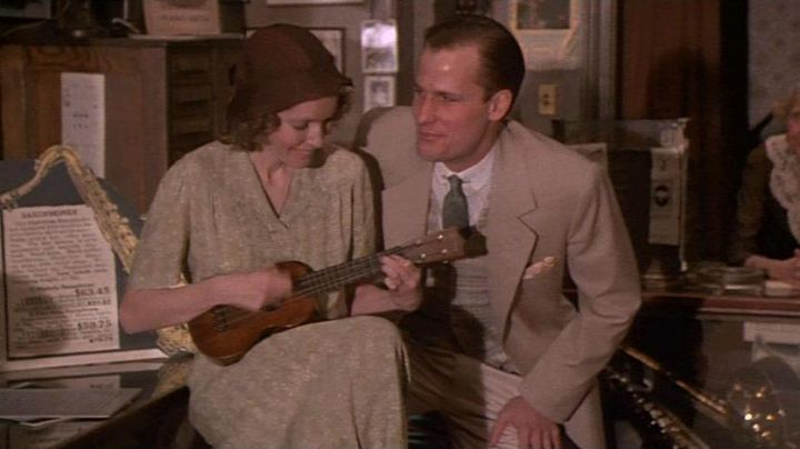 The ukulele of Cecilia (Mia Farrow) in The purple-pink of Cairo - Movie Outfits and Products