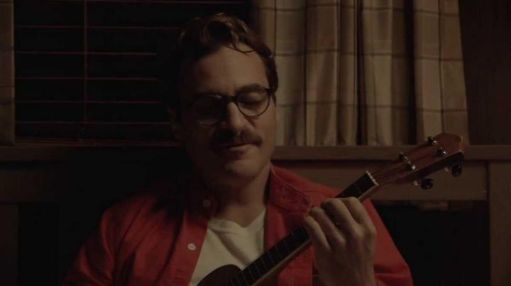 The ukulele of Theodore Twombly (Joaquin Phoenix) in Her - Movie Outfits and Products