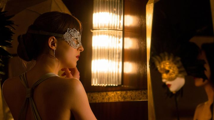 The venetian mask of Anastasia Steele (Dakota Johnson) in 50 shades darker - Movie Outfits and Products