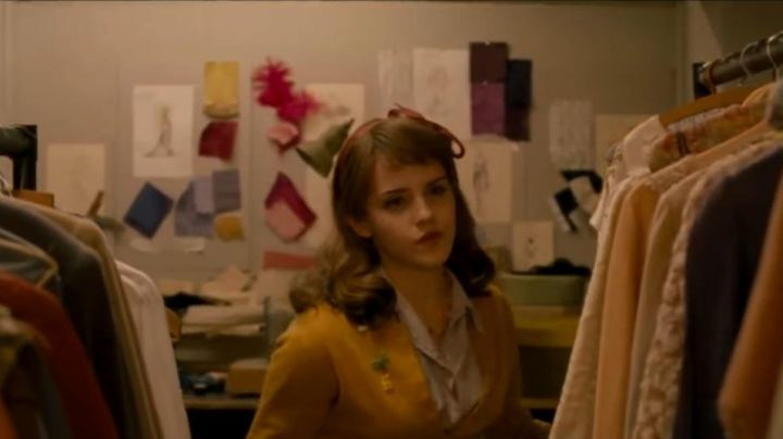 The vest mustard yellow of Lucy (Emma Watson) in Mu Week with Marilyn - Movie Outfits and Products