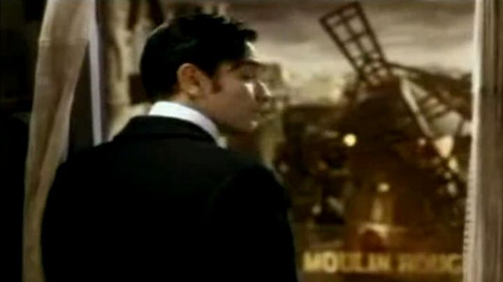 The view on the Moulin Rouge in Moulin rouge ! (Ewan McGregor) - Movie Outfits and Products