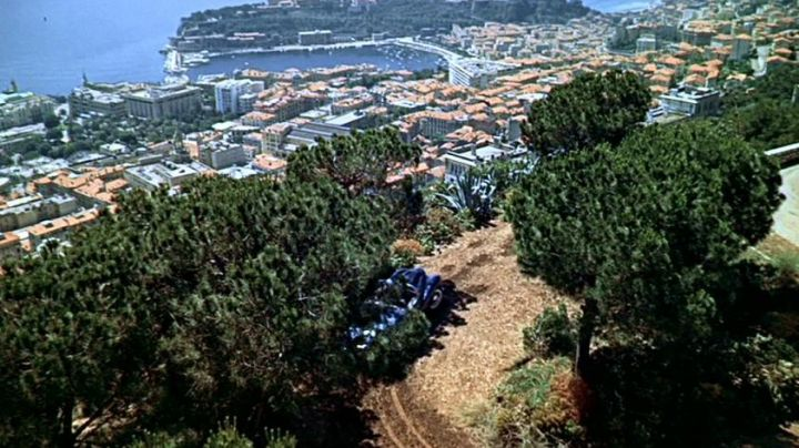 The view over the city of Monaco and the scene of the picnic in the hand at The collar of Alfred Hitchcock - Movie Outfits and Products