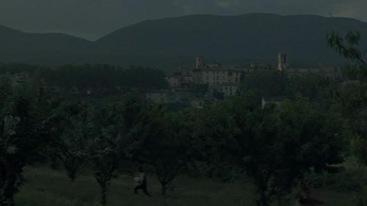 The village of Cucuron (Vaucluse) in the Horseman on The roof - Movie Outfits and Products