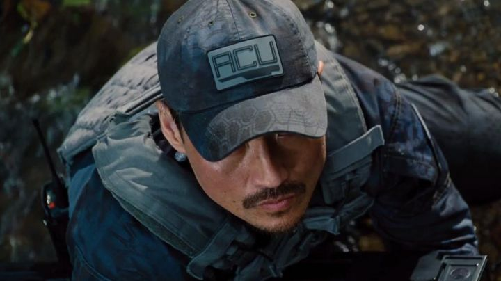 The walkie talkie of Hamada (Brian Tee in Jurassic World - Movie Outfits and Products