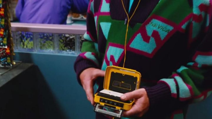 "The walkman radio cassette in ""The Spa to go back in time 2"" - Movie Outfits and Products"