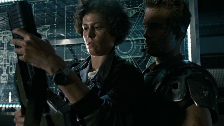 The watch Seiko x Giugiaro SCED035 of Ripley (Sigourney Weaver) in Alien, the eighth passenger - Movie Outfits and Products