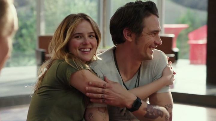 """The watch connected black sport Apple Laird (James Franco) in """" The Boyfriend : Why him ?"""" - Movie Outfits and Products"""