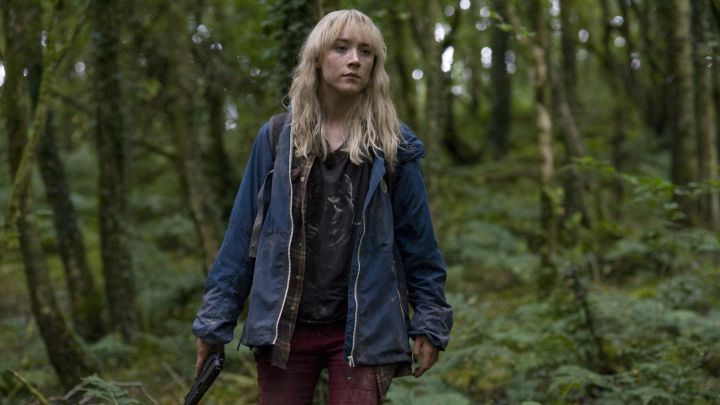 The waterproof blue worn by Daisy (Saoirse Ronan) in Now this is my life movie