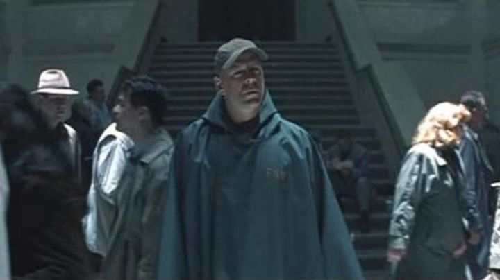 The waterproof poncho of David Dunn (Bruce willis) in Unbreakable - Movie Outfits and Products