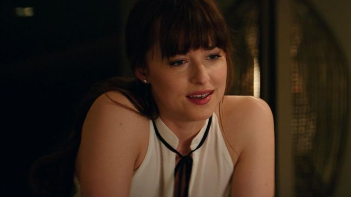 The white blouse Derek Lam of Anastasia Steele (Dakota Johnson) in Fifty shades lighter - Movie Outfits and Products