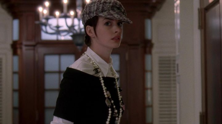 The white blouse Miu Miu by Andrea Sachs (Anne Hathaway) in The devil wears Prada movie