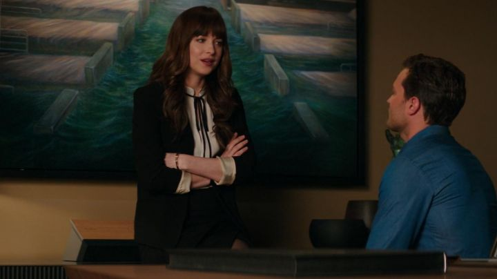 The white blouse lace black Anastasia Steele (Dakota Johnson) in Fifty Shades lighter - Movie Outfits and Products