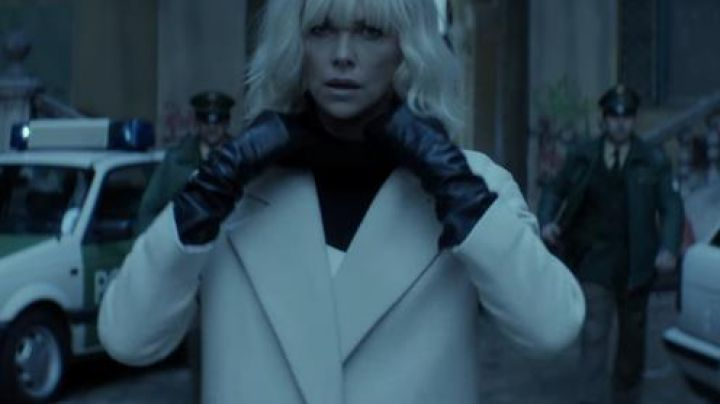 Fashion Trends 2021: The white coat of Lorraine Broughton ( Charlize Theron) in Atomic Blonde