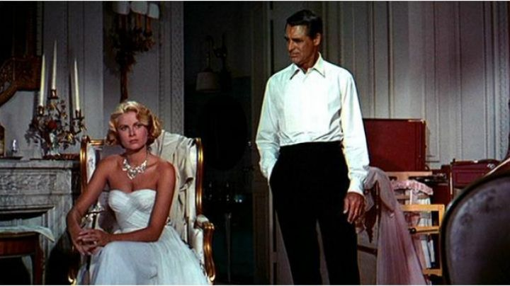 Fashion Trends 2021: The white dress of Grace Kelly in the hand at The collar