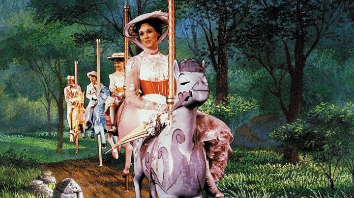 The white dress of Mary Poppins (Julie Andrews) in the movie Mary Poppins - Movie Outfits and Products