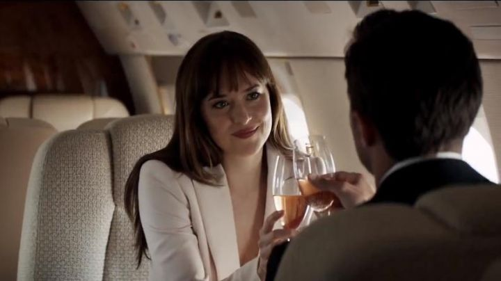 The white jacket of Anastasia Steele (Dakota Johnson) in Fifty Shades lighter - Movie Outfits and Products