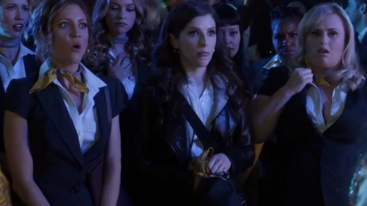The white shirt of Beca Mitchell (Anna Kendrick) in Pitch Perfect 3 - Movie Outfits and Products