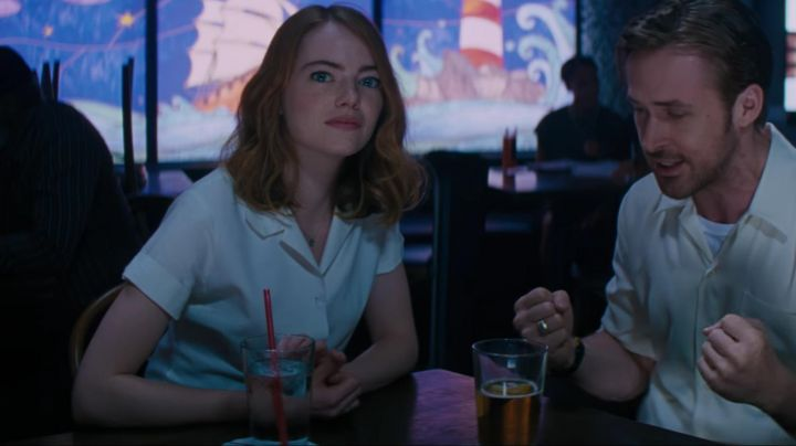 The white shirt with short sleeves of Mia Dolan (Emma Stone) in the The Land movie