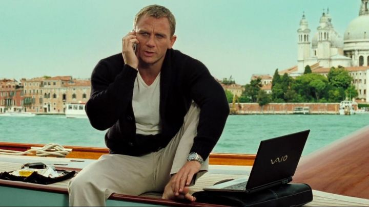 The white t-shirt Matures worn by James Bond (Daniel Craig) in Casino Royale Movie