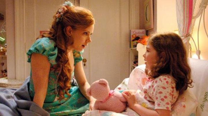 The wig with flowers of Giselle (Amy Adams) in There was once - Movie Outfits and Products