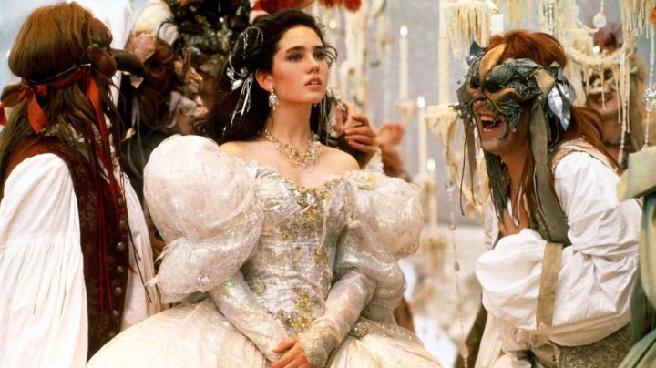 The wig with ribbon Sarah Williams (Jennifer Connelly) in the film Labyrinth by David Bowie - Movie Outfits and Products