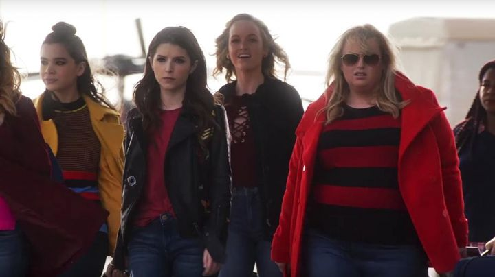 The wool coat yellow color of Emily (Hailee Steinfeld) in Pitch Perfect 3 Movie