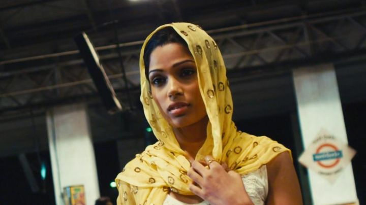 The yellow scarf of Latika (Freida Pinto) in Slumdog Millionaire - Movie Outfits and Products