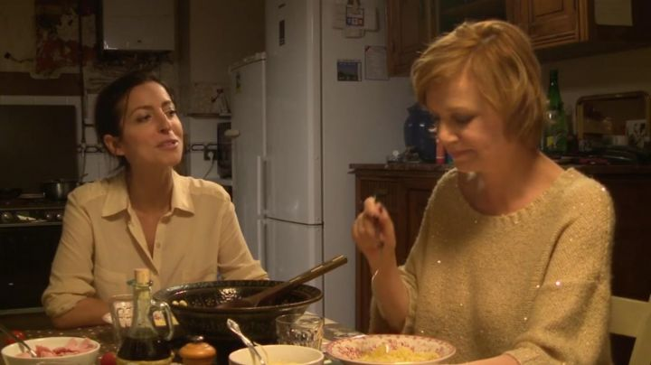 The yellow shirt of Clara (Anna Sigalevitch) in That The Devil Takes Us Movie