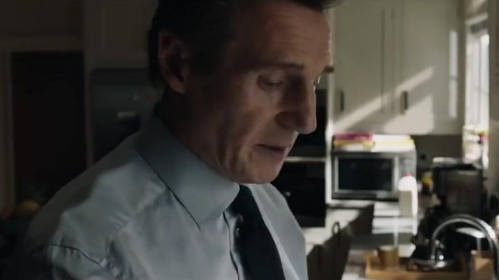 Tie navy blue Michael Woolrich (Liam Neeson) in The Passenger (Commuter) - Movie Outfits and Products